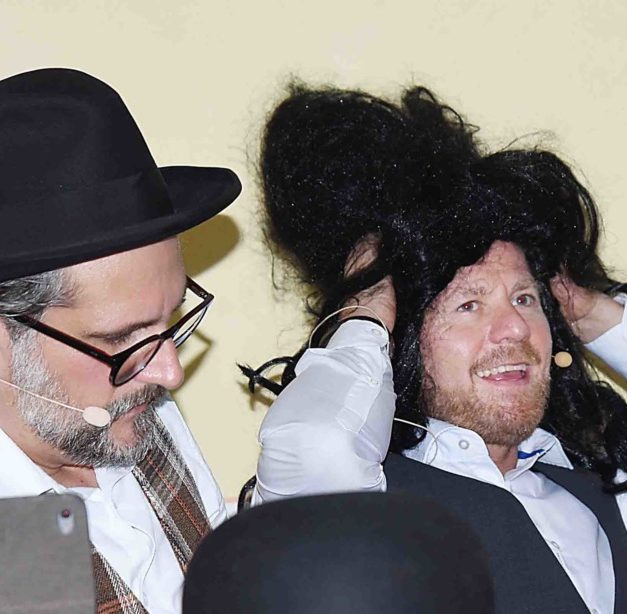 """Theaterschauspieler Semmelrogge und Heuel begeistern in Beckum mit """"Der bucklige Frosch aus der Themse"""""""