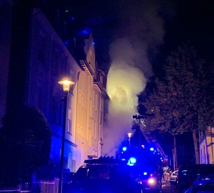 HEUTE NACHT: Sieben Menschen bei Wohnhausbrand verletzt