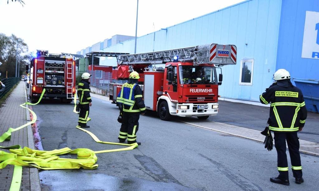 Großbrand Neuenrade: Galvanikhalle ausgebrannt – Anwohner evakuiert
