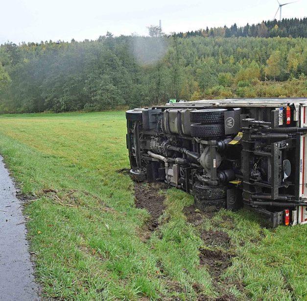 Balver lenkt Lkw bewusst in die Wiese – Teilstück der K 11 gesperrt