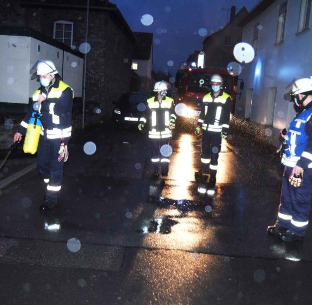 EILMELDUNG: Feuerwehr freut sich bei Beseitigung der Dieselspur über die Unterstützung vom Himmel