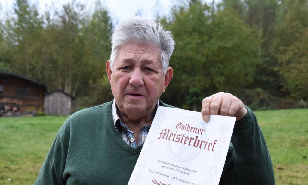Manfred Bodenröder freut sich über Goldenen Meisterbrief