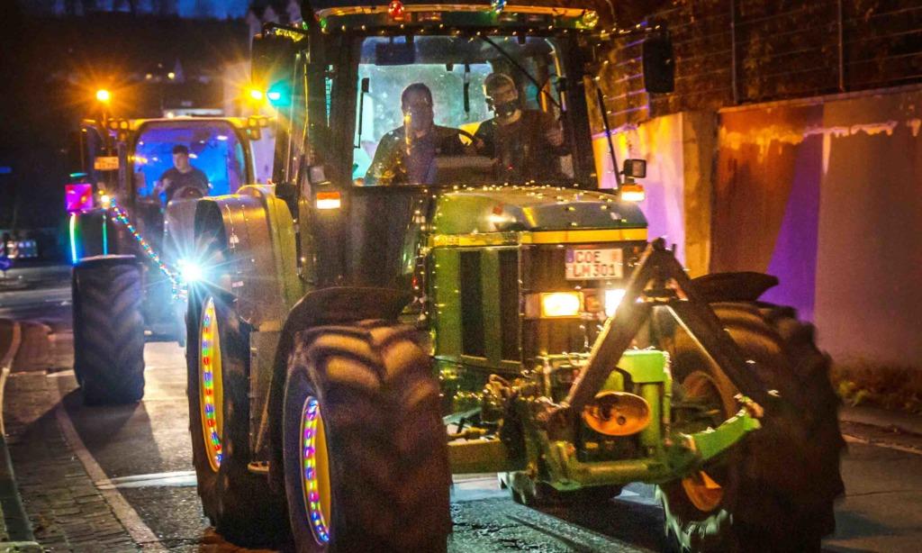 """HEUTE ABEND – Tolle Aktion """"Ein Funke Hoffnung"""": Orga-Chefin Humke strahlt mit geschmückten Treckern um die Wette"""